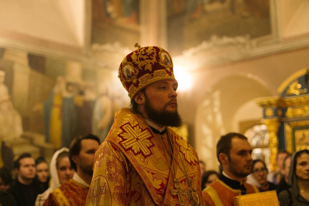 8 апреля, в Светлое Христово Воскресение, епископ Люберецкий Серафим совершил Пасхальная заутреню и Божественную литургию в Успенском соборе Крутицкого подворья
