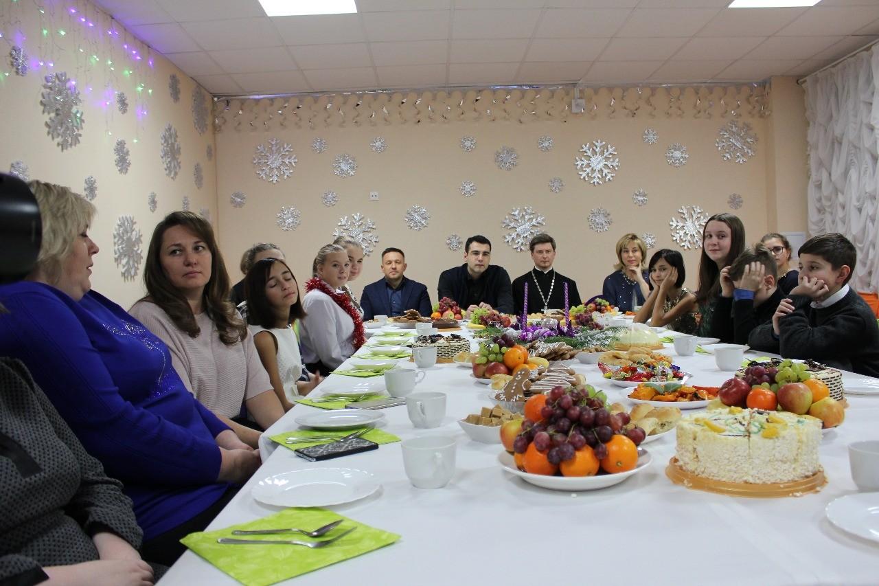 25 декабря и.о. председятеля Синодального отдела по делам молодежи протоиерей Кирилл Сладков посетил Ресурсный центр семейного устройства«Спутник»