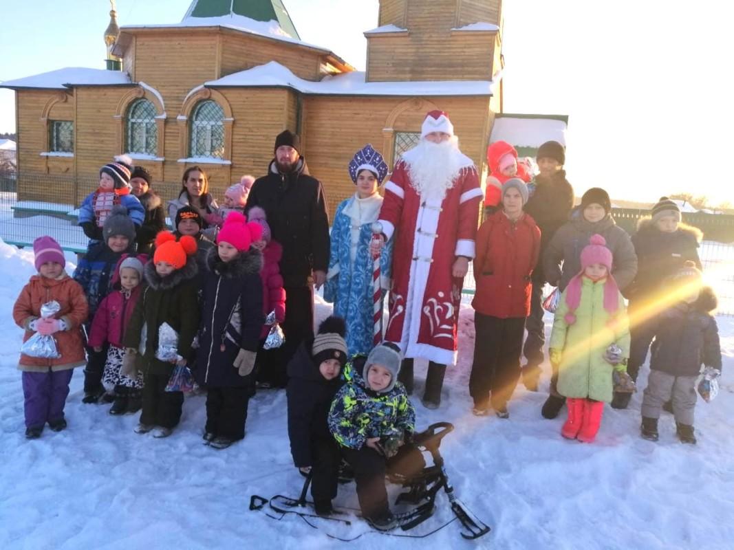 7 января прошел Рождественский праздник для малообеспеченных семей из сел Глядянское и Темляково Курганской епархии