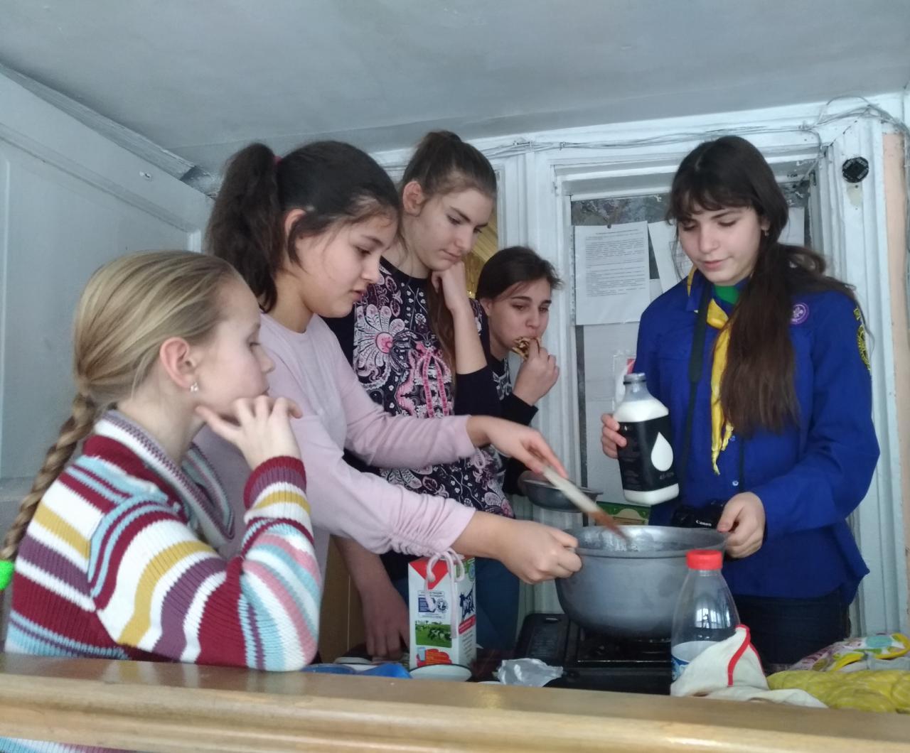 В Московском отделении Братства Православных Следопытов прошел сыродельный мастер-класс в рамках подготовки к поездке в Дома престарелых