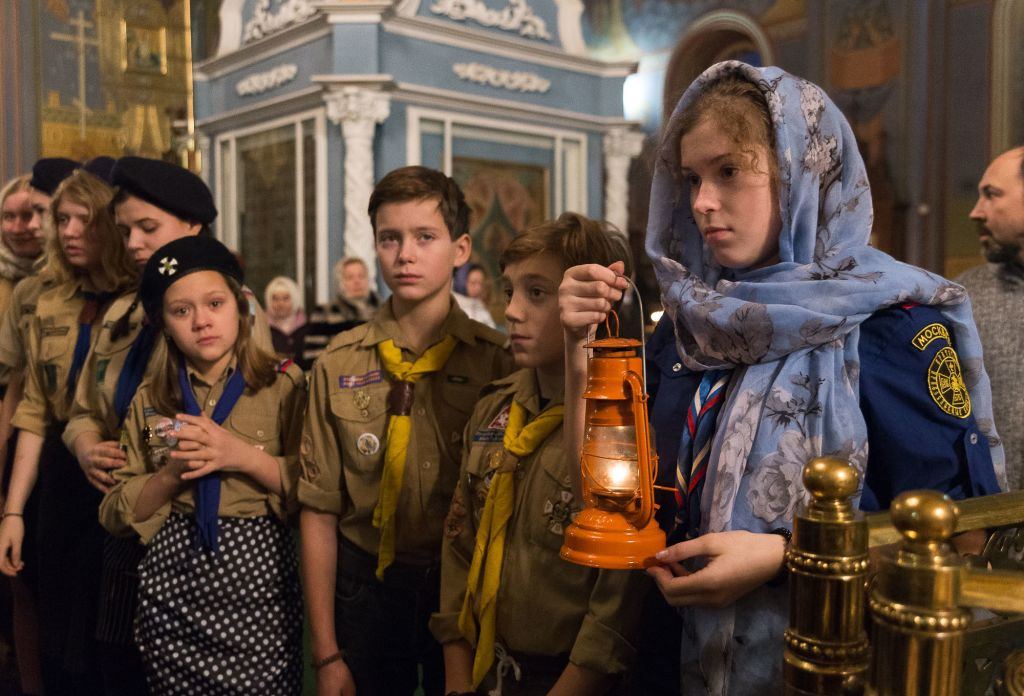 В Рождественский Сочельник скауты из Братства православных следопытов доставили Вифлеемский огонь в Богоявленский кафедральный собор города Костромы