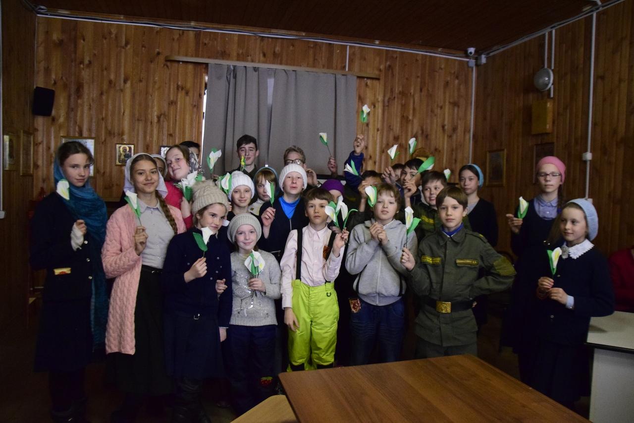 Екатеринбургские гимназисты и кадеты изготовили цветы для Благотворительного фестиваля «Дни Белого Цветка»
