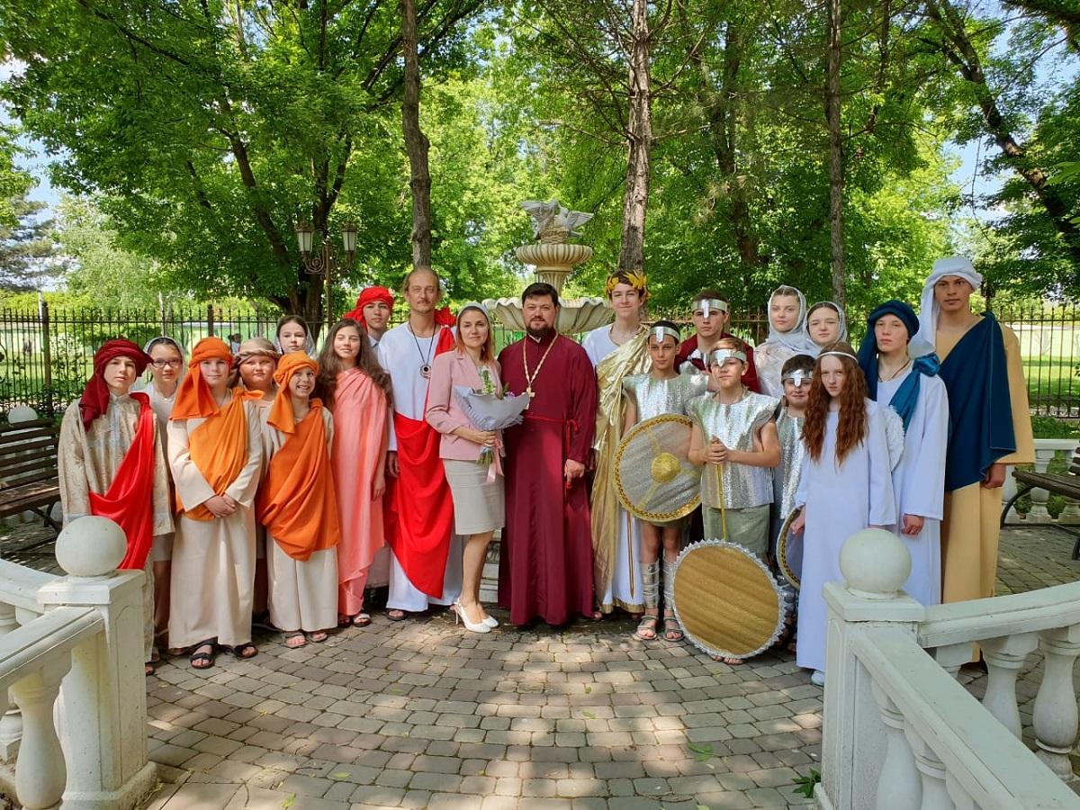 В день Жен-мироносиц активисты молодежного клуба храма Рождества Христова провели праздничное мероприятие