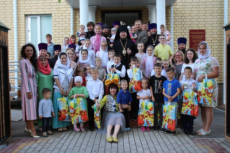 В Ливенской епархии в Международный день защиты детей поздравили многодетные семьи священнослужителей.